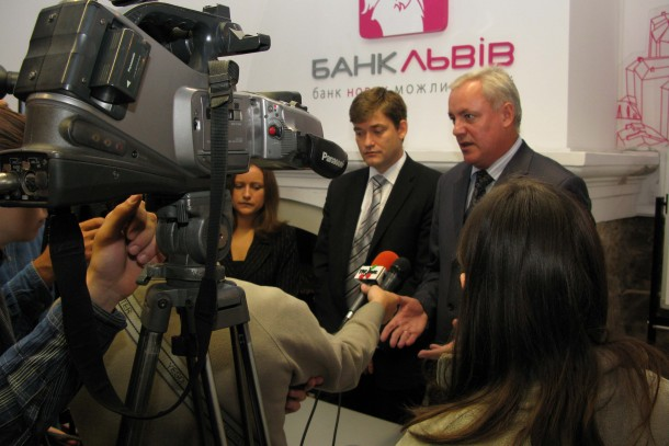 Magnus Rystedt and Vosnuk Mykola surrounded by journalists at Bank Lviv.