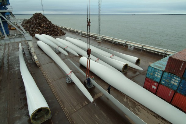 Transports of rotor blades for wind mills. The NeCF-Fund has invested in wind power in China.