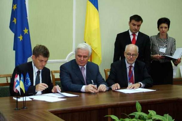 Magnus Rystedt, Sergiy Iermilov and Torben Vindeløv signing the framework agreement. Photo: Andriy Katashov