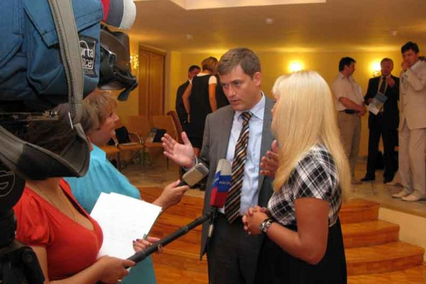 Managing Director Magnus Rystedt surrounded by journalists in Sosnovy Bor.