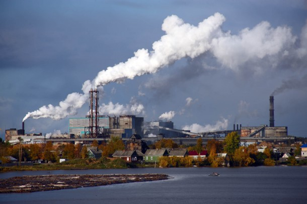 The pulp and paper mill in Novodvinsk is classified as an environmental hot spot. Photo: Patrik Rastenberger