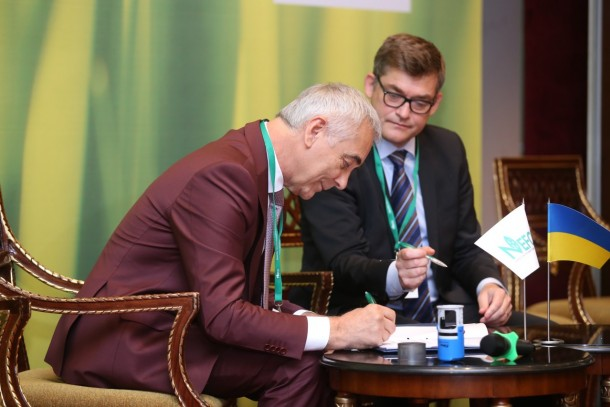 Managing Director Magnus Rystedt signing the financing agreement with Victor Dreval from the City Council of Dobropillya. Photo: Andriy Umanskyi