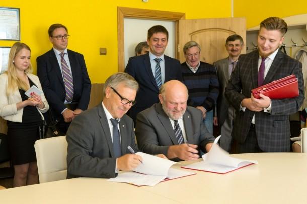 Executive Vice President Kari Homanen and Director Yuri Tsypkaikin from Gatchina Vodokanal signing the NDEP financing agreement in Gatchina. Photo: Patrik Rastenberger