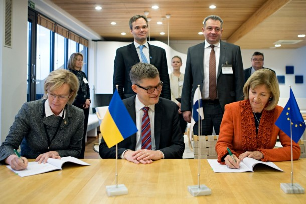 Finland Ukraine Trust Fund being signed at NEFCO. In the back Minister for Foreign Trade and Development Kai Mykkänen, Ambassador of Ukraine Andrii Olefirov and in the front Senior Investment Manager Helena Lähteenmäki, Managing Director Magnus Rystedt and Director General at Ministry for Foreign Affairs of Finland Maimo Henriksson. Photo: Patrik Rastenberger