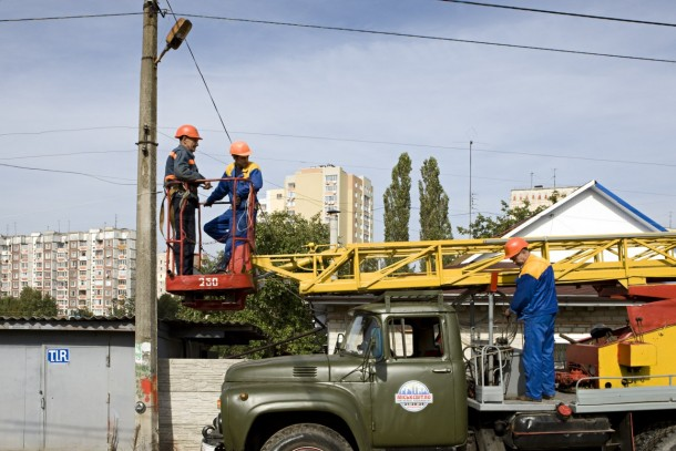 Changing street lights in the city of Zhytomyr. Photo: Patrik Rastenberger