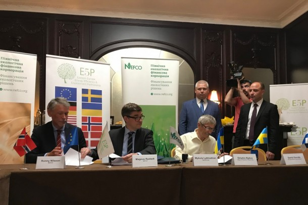 Signing of the agreement in connection with the E5P Steering Group meeting. From left: Senior Adviser Ronny Nilsson, NEFCO, Managing Director Magnus Rystedt, NEFCO, Managing Director Mykola Lykhozhov, Teploenergo and standing Mr Dmytry Bykov, Mayor of Horishni Plavni. Photo: Ulf Bojö, NEFCO.