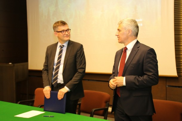 Managing Director Magnus Rystedt, NEFCO and Head of the Republic of Karelia Arthur Olegovich Parfenchikov signing the memorandum of understanding at the Embassy of the Russian Federation in Helsinki. Photo: Republic of Karelia