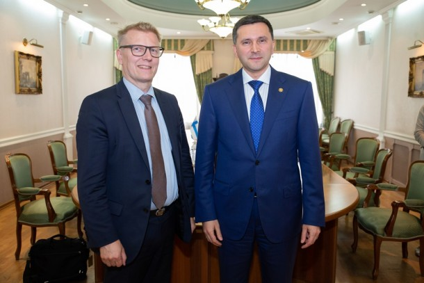 Kimmo Tiilikainen, Minister of the Environment, Energy and Housing in Finland and Dmitry Kobylkin, Minister of Natural Resources and Environment of the Russian Federation (MNRE) discussing in Moscow on 11 July. Photo: MNRE