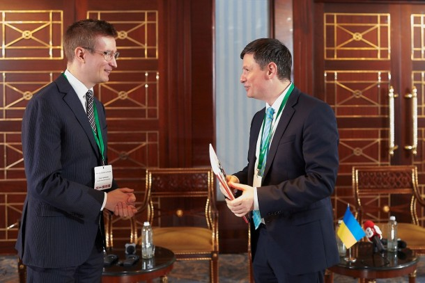 Senior Advisor Oras Tynkkynen, Sitra handing over the report to Deputy Minister of Regional Development, Construction, Housing and Utilities of Ukraine. Photo: NEFCO