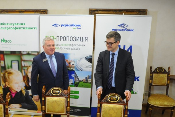 Andrii Kravets, First Deputy CEO at Ukrgasbank and Magnus Rystedt, Managing Director at NEFCO signing the loan agreement at the launching event in Kyiv. Photo: Ukrgasbank